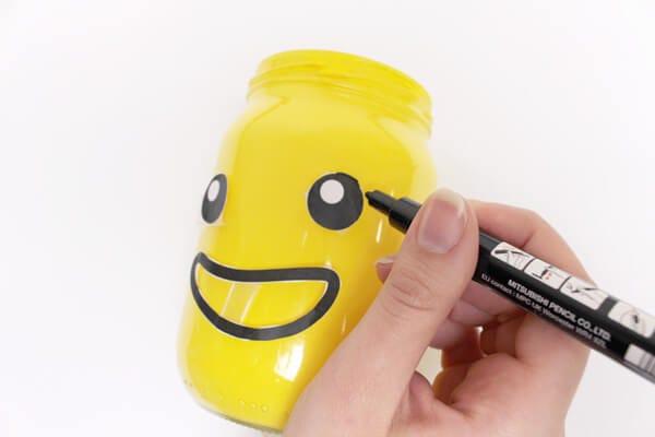 Vecchi barattoli si trasformano in portamatite da scrivania in stile Lego!