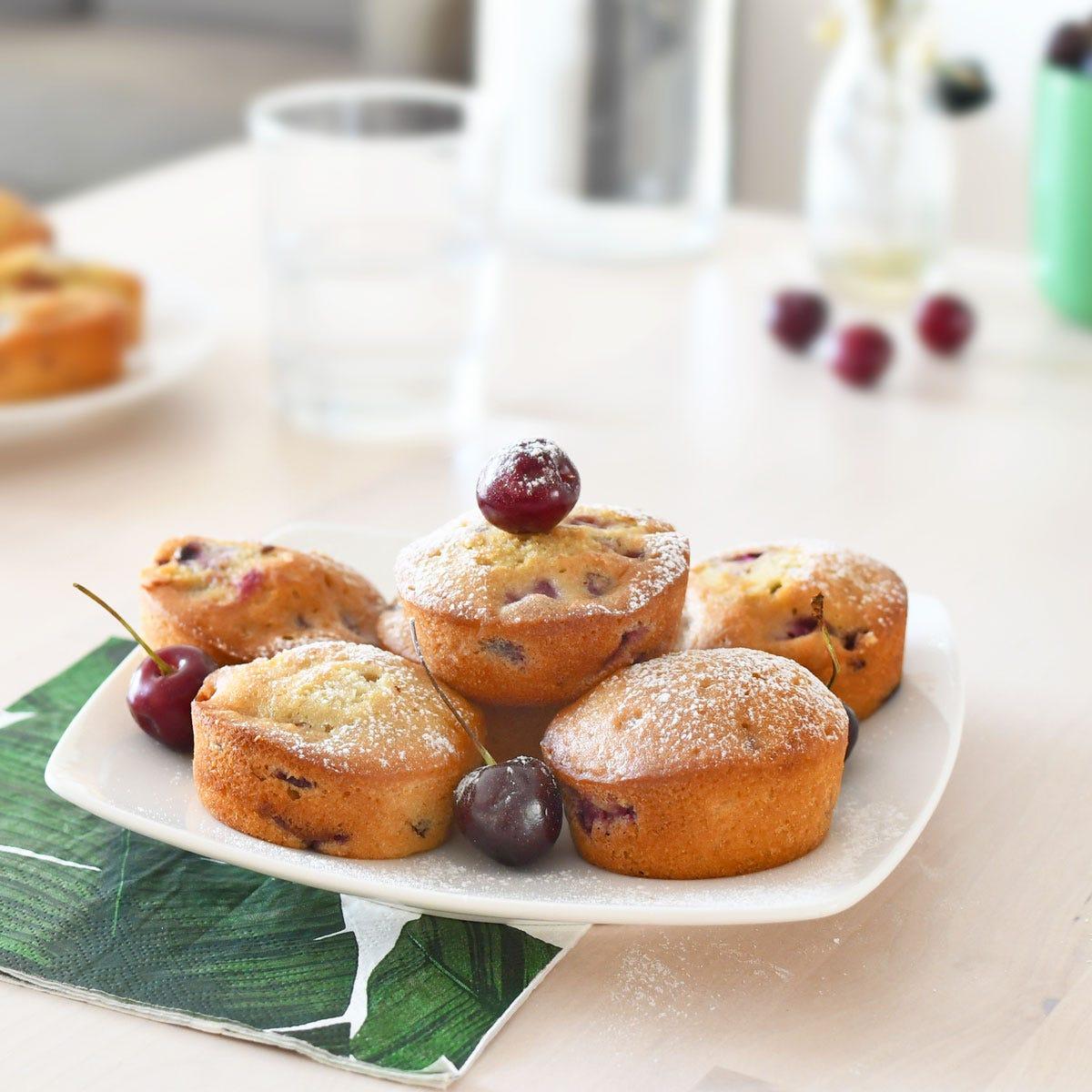 Proprio come le ciliegie, anche questi muffin uno tirano l'altro.