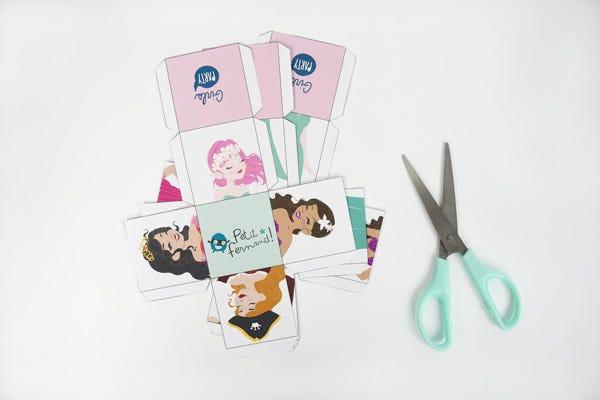 Create facilmente questo simpatico puzzle a cubi e divertitevi assieme ai vostri piccoli fans delle principesse e dei pirati!