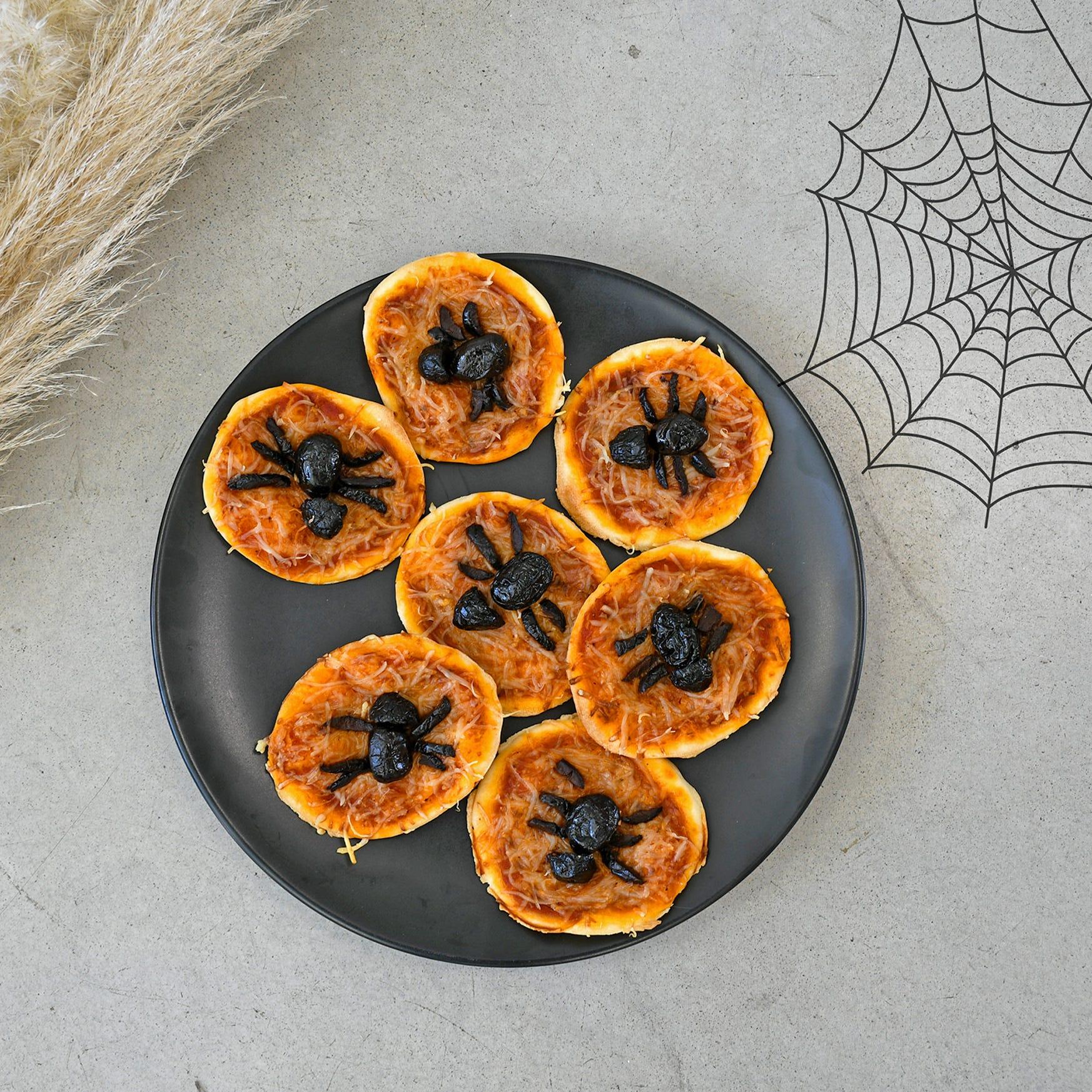 Sorprendete i vostri bambini all'ora dell'aperitivo con queste mini pizze ragno per Halloween!