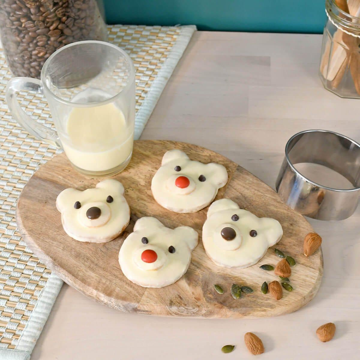 Realizzate facilmente questi adorabili dolcetti a forma di orso polare, per proporre una merenda originale e golosa ai vostri bambini.