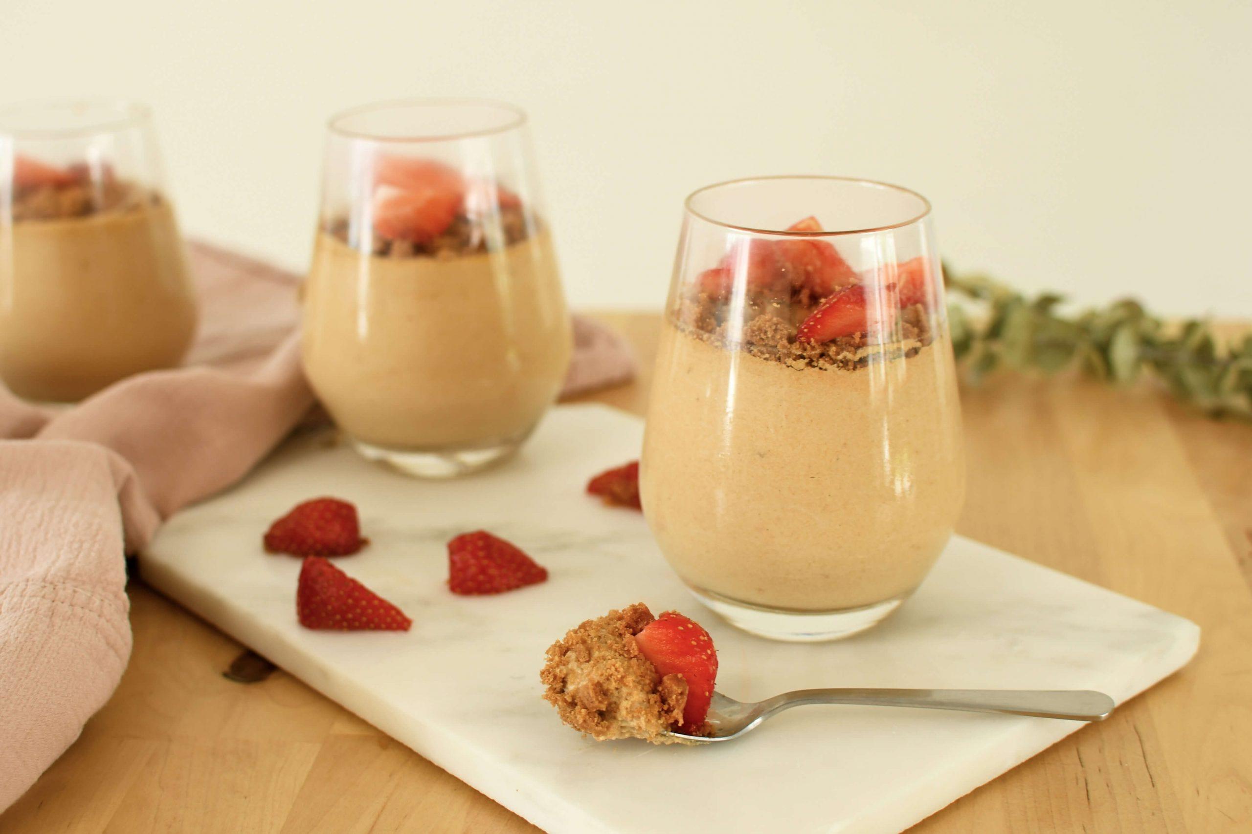 Gustate il famoso biscotto speculoos accompagnato con fragole di stagione in una mousse cremosa per il dessert!
